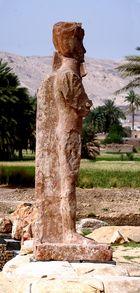 Wieder auferstanden ist die Riesenstatue knapp 100 Meter hinter den bekannten Memnos Kolossen …