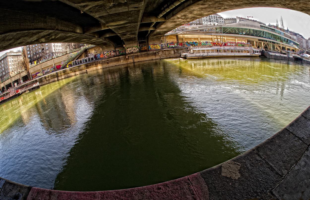 Wien - Brücke über Donaukanal in Schräglage