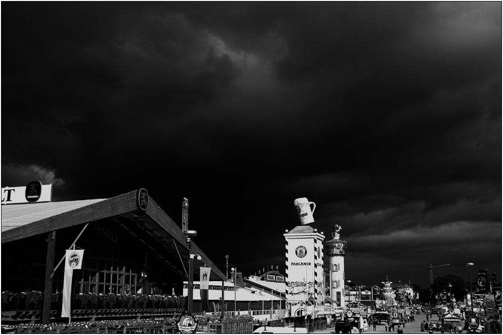 [ Wiesn 2010 ] .. Dunkle Wolken ..