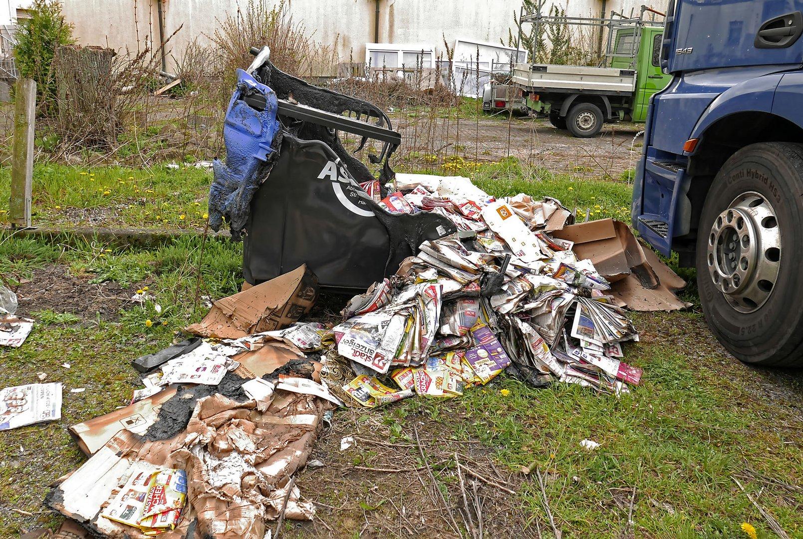Wilde Müllverbrennung - verkokelter Altpapiercontainer in einem heruntergekommenen Hinterhof