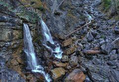 Wildes Wasser an schroffen Felsen.
