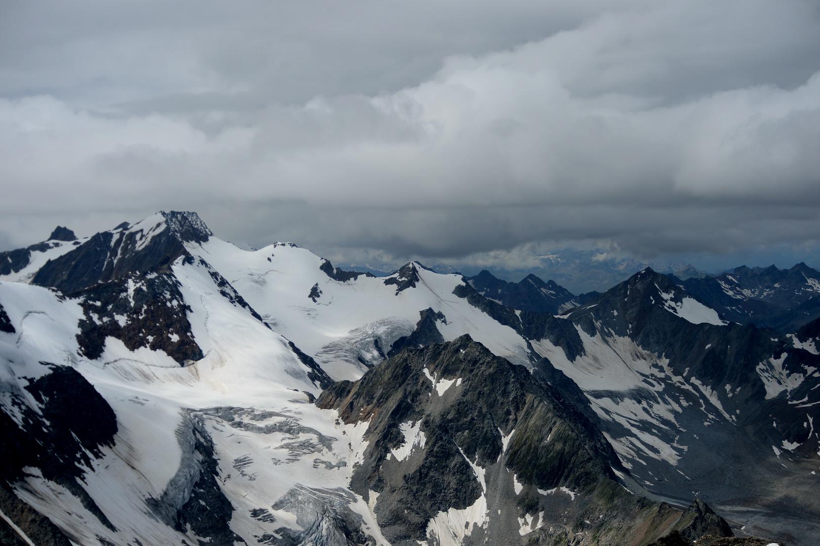 Wildspitz 3.440m mit Blick auf Tiroler Berge