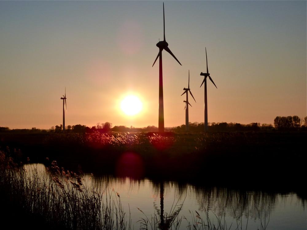 Windkraftanlagen vor Sonnenuntergang