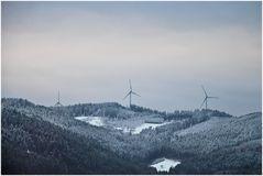 Windräder bei Winterdämmerung