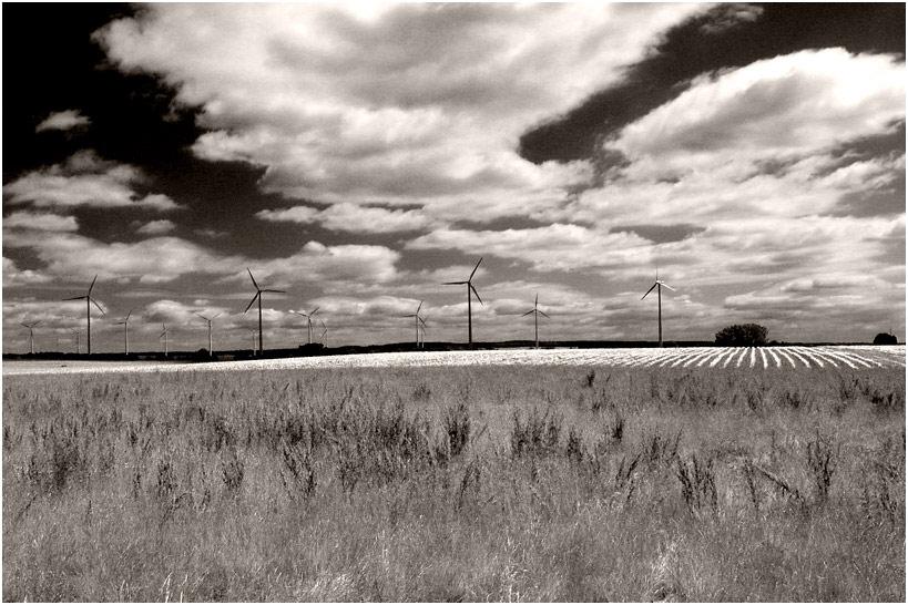Windräder unter wolkigem Himmel
