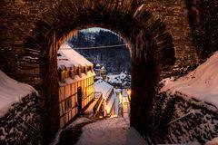 Winterblick durch den Torbogen