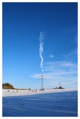 Winterimpression - Hochspannungsmast mit Kondensstreifen