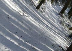 Winterlicher Waldweg