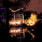 Winterlichter Glashaus mit Lampen in Teich gespiegelt