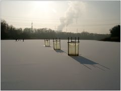 Wintersport hinter skurrilem Vordergrund