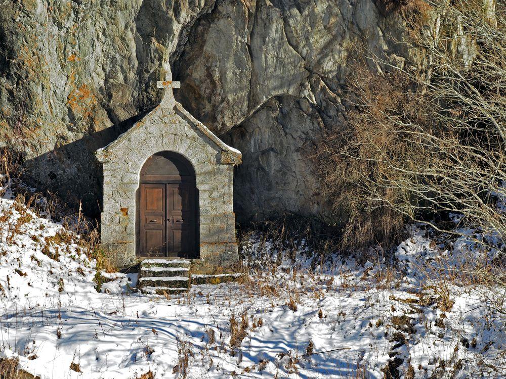 Winzige uralte, mit Flechten besiedelte Kapelle...