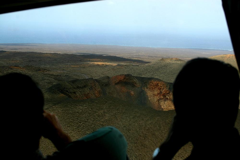 Wir fliegen mit unserem Raumschiff direkt über einen Krater hinweg...