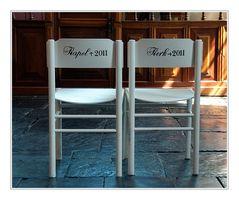 Witte stoelen.