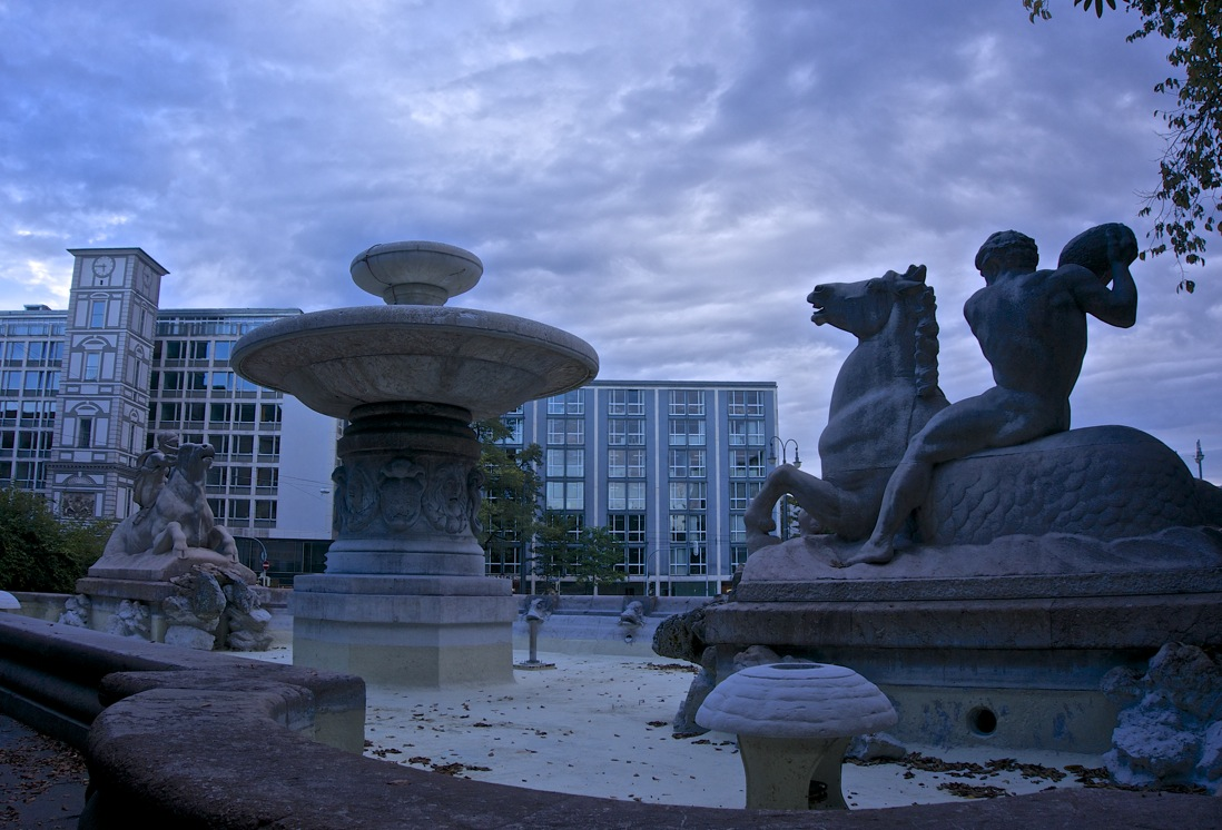 Wittelsbacher Brunnen: ein blauer Oktoberabend