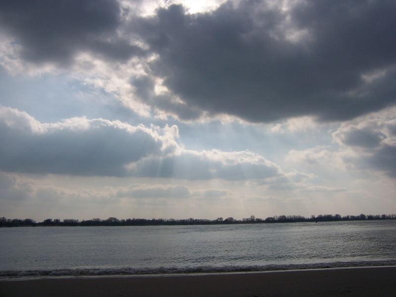 Wittenbergen - Dramatischer Himmel über der Elbe