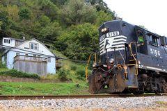Wohnen nahe der Gleise... das Horn der EMD GP38-2 NS#5156 ist unüberhörbar...