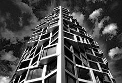Wohnturm an weiß-blauem Wolkenhimmel