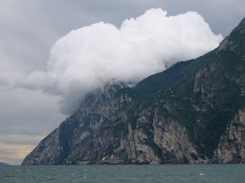 Wolke verschluckt Berg, Berg hält Wolke fest?