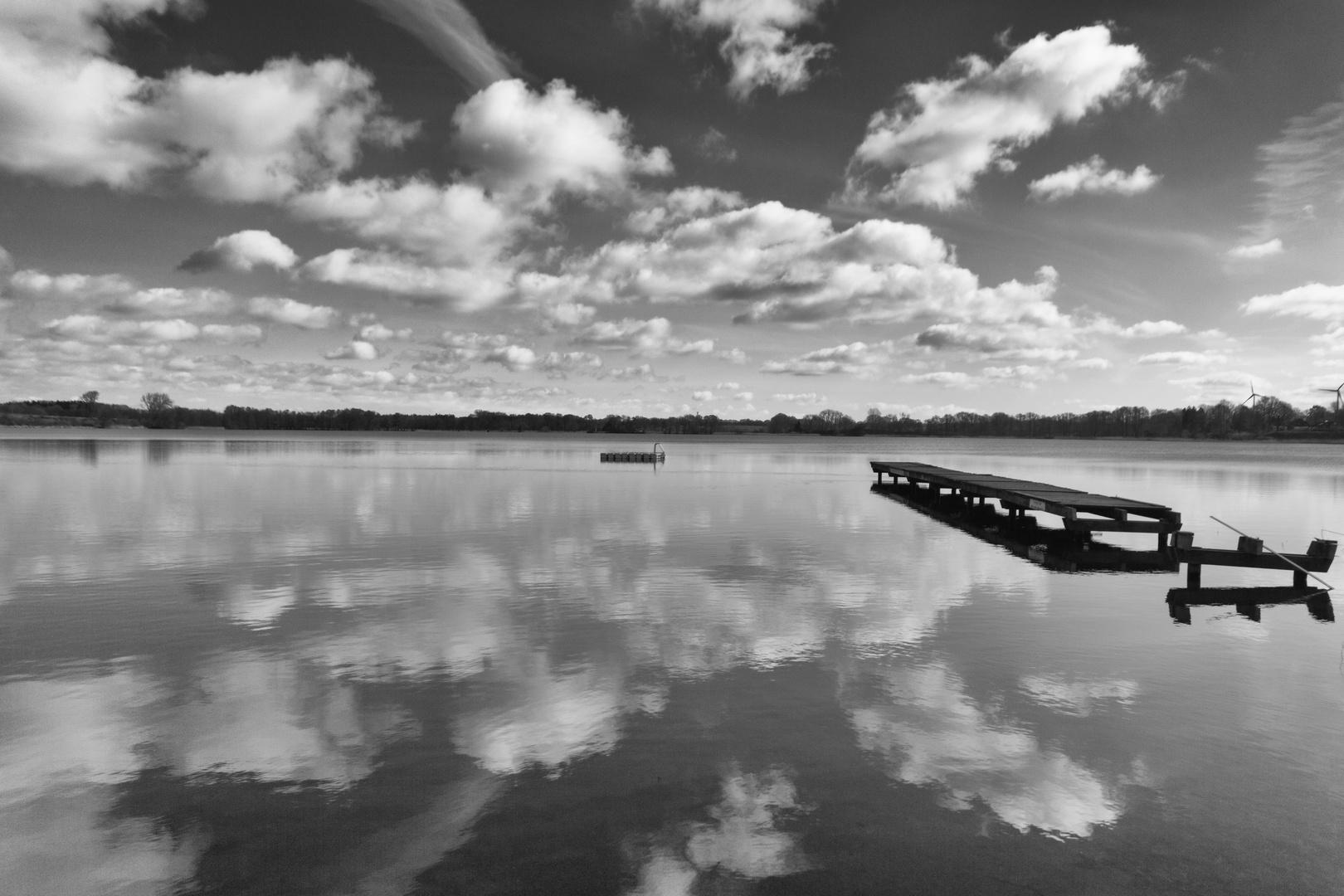 Wolken am Himmel und im See