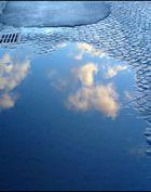 wolken in der pfütze