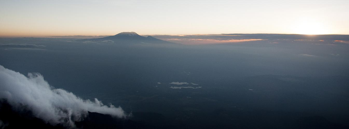 Wolken, Kilimanjaro und die Momella Seen
