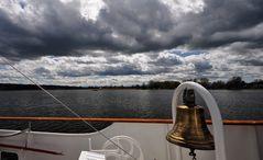 Wolken mit Schiffsglocke