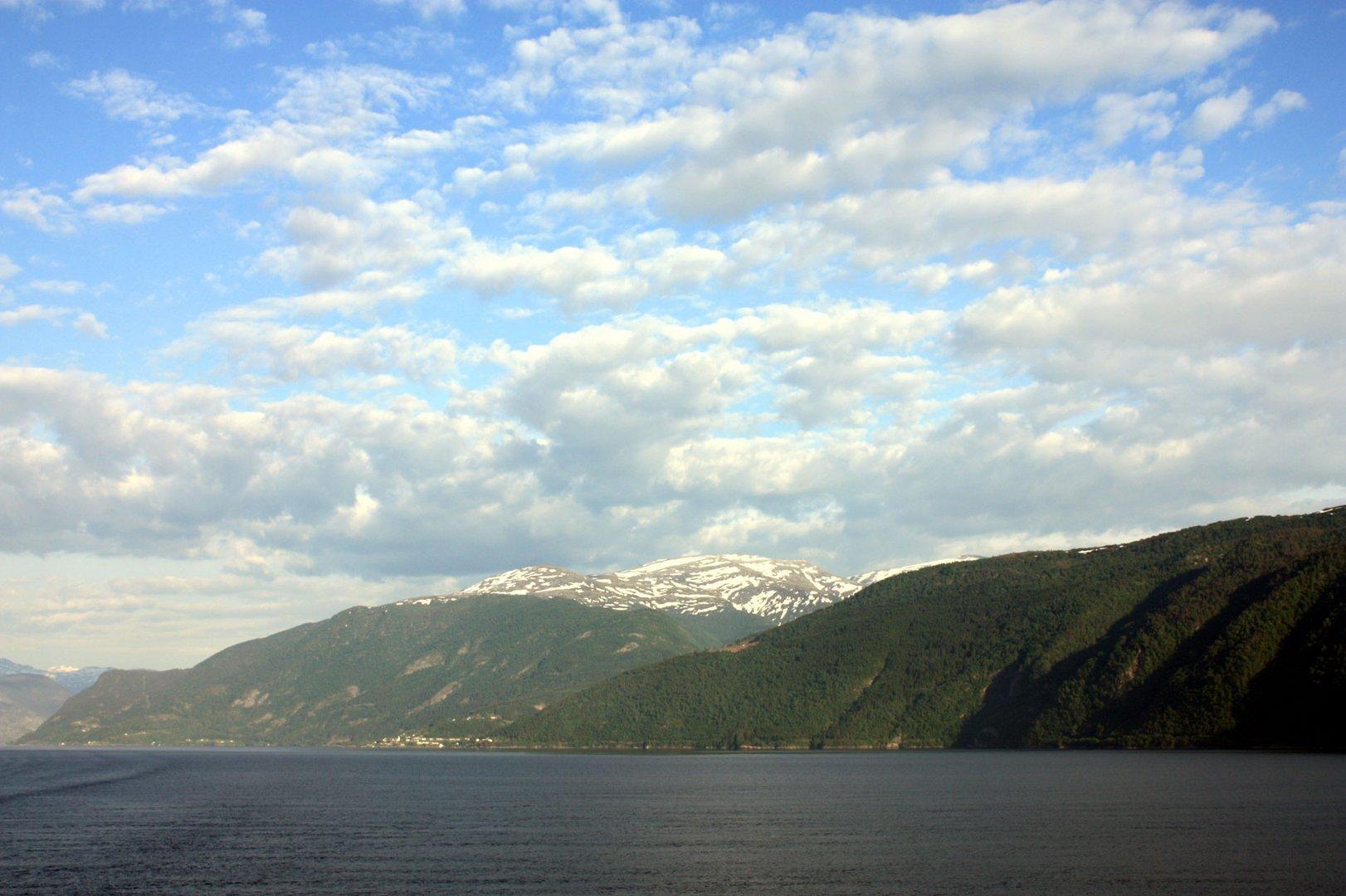 Wolken über dem Fjord