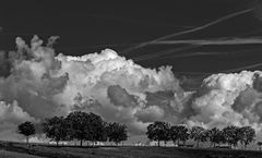 Wolken über dem Hügelkamm