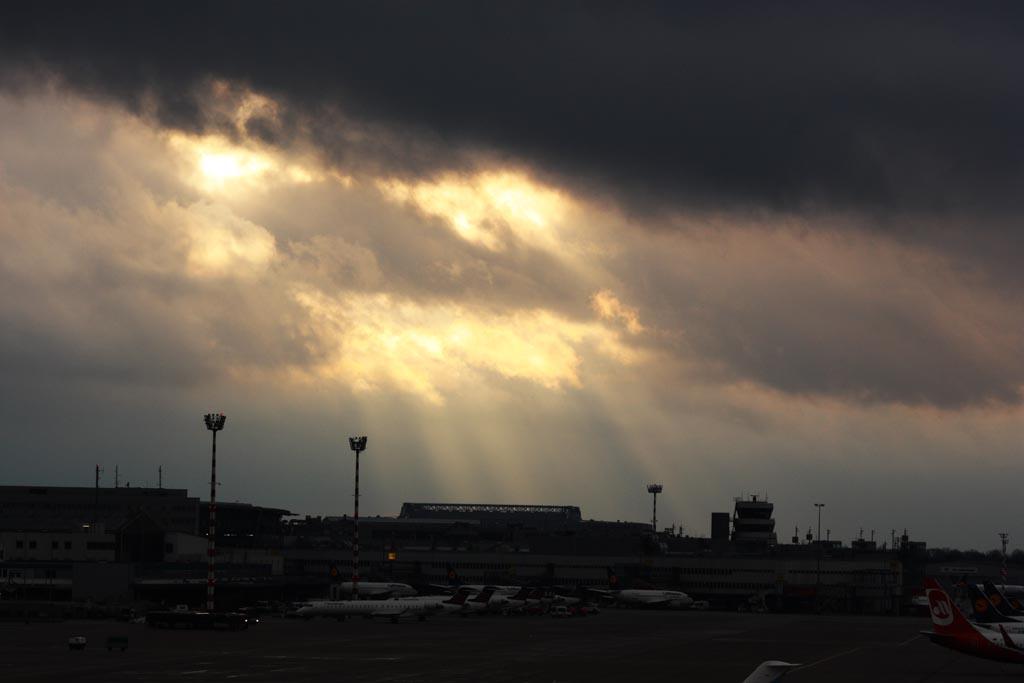 Wolken über dem Terminal in Düsseldorf
