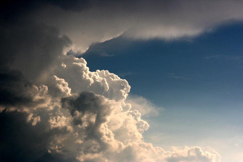 Wolken über dem Vogelsberg bei Büdingen