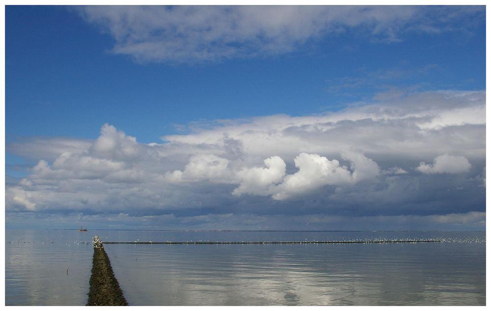 Wolken über dem Wattenmeer.....