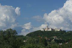 Wolken über Pannonhalma
