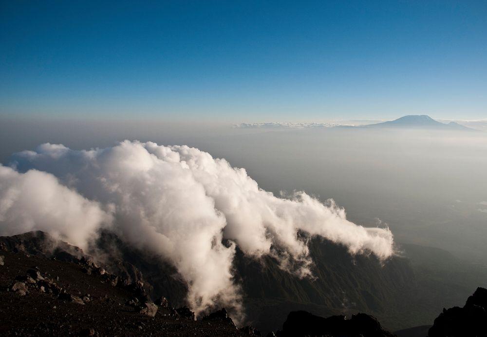 Wolken und der Kilimanjaro