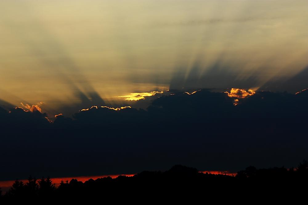 Wolken vor der untergehenden Sonne II