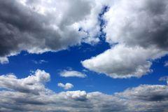 Wolken ziehen übers Land