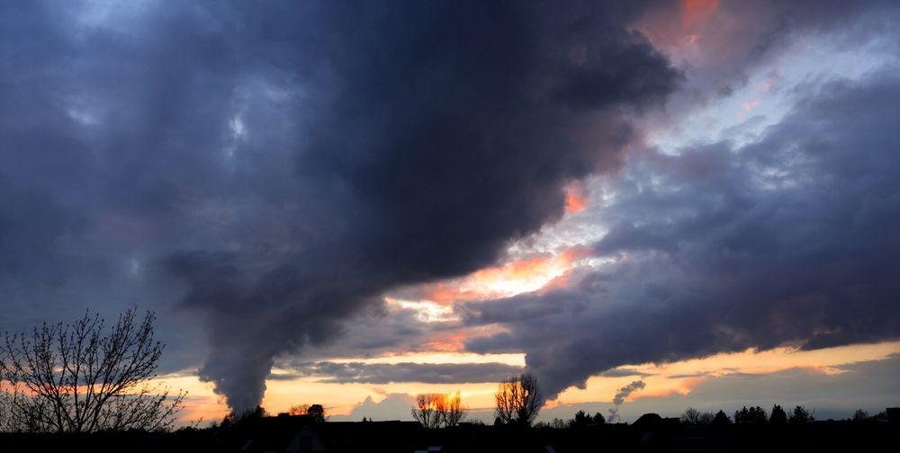 Wolkenfabriken im Sonnenuntergang