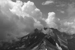 Wolkengebirge auf Felsgebirge