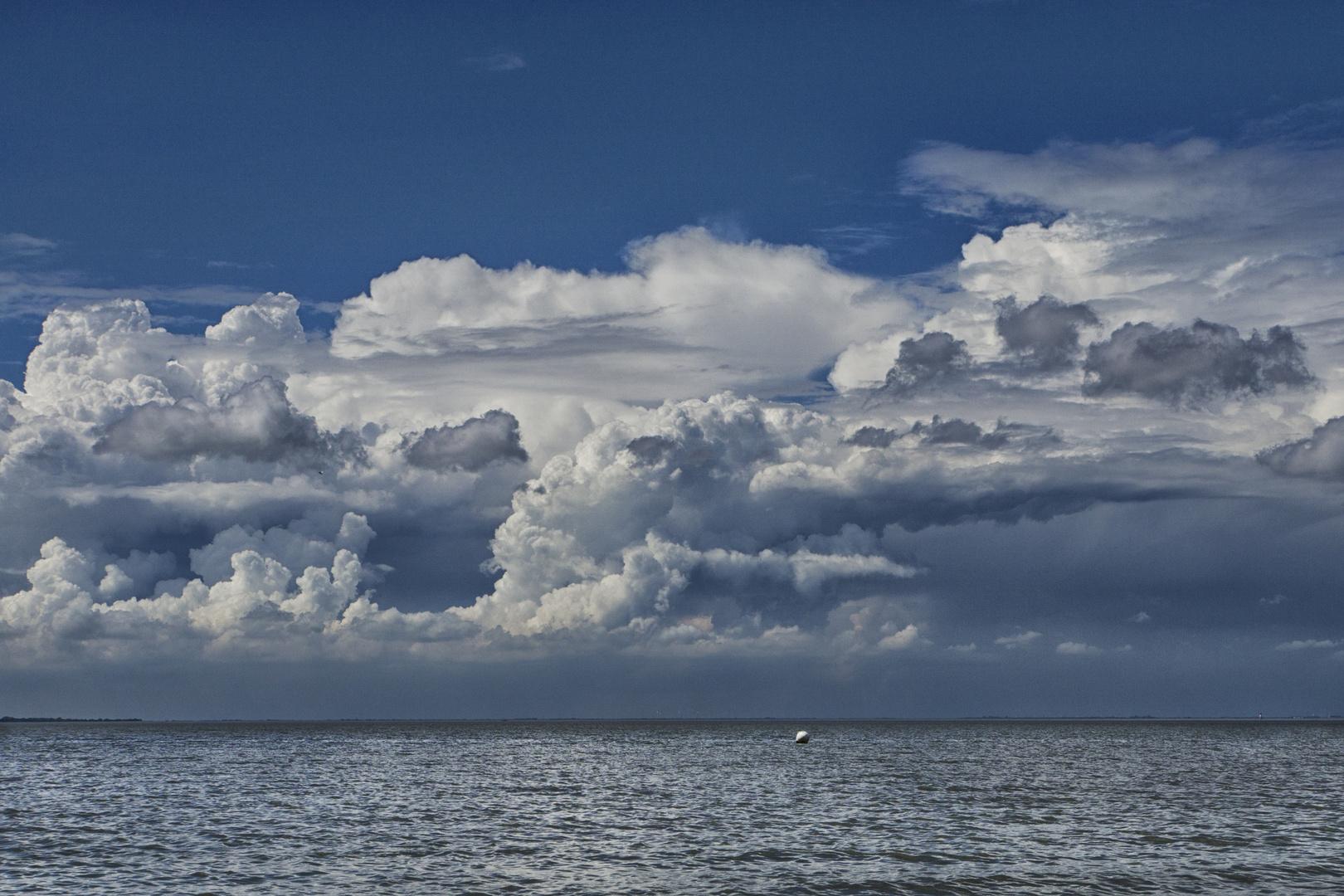 Wolkenlandschaft über dem Jadebusen