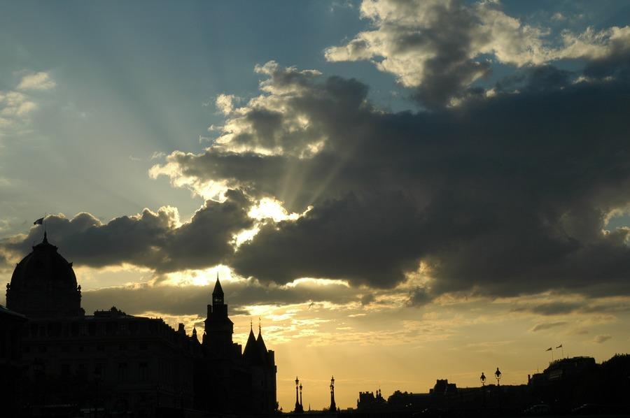 Wolkenspiel in Paris