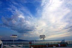 Wolkenspiel über dem Deck