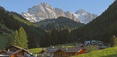 Wolkenstein mit der Geislergruppe im Grödnertal in den Dolomiten