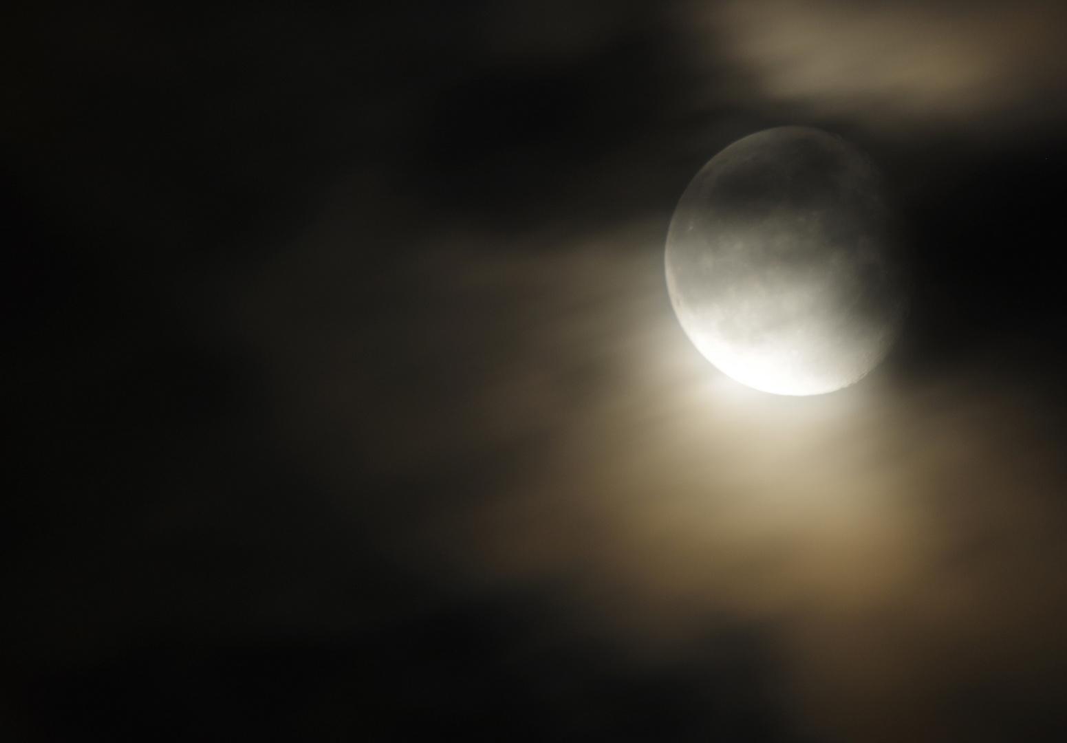 Wolkiger Mond