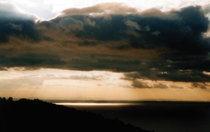 Wolkiger Sonnenuntergang über dem Lago Trasimeno