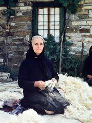 Wolle zupfen ist Frauenarbeit.   .DSC_5968