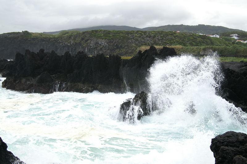 Wulkanmasse und Wasser