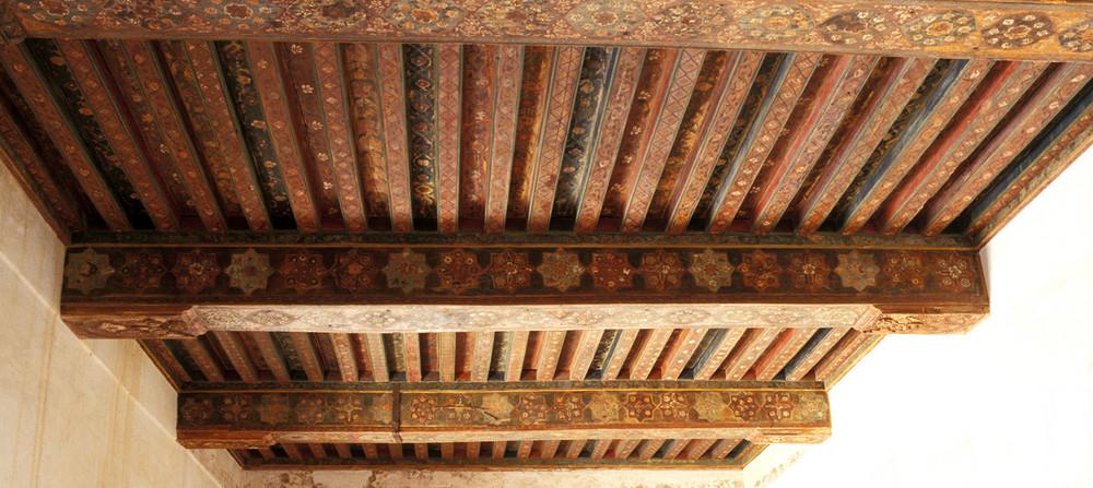 Wunderschöne Holzdecken zieren die an sich nüchternen Räume.