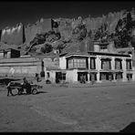 Xigatze Straßenszene vor völlig zerstörtem Tempel (1991)