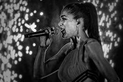 Yasmin singt