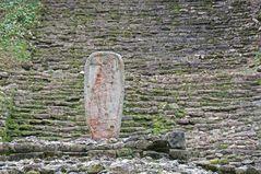 Yaxchilan - Die Stele vor dem Templo Mayor