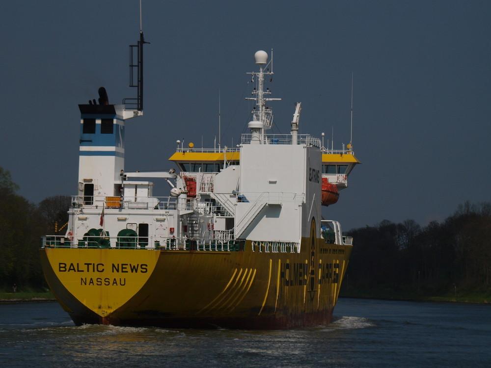 yellow - Frachter BALTIC NEWS auf dem Nord-Ostsee-Kanal